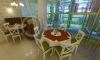 Зал с круглыми столами в кафе Лукошко